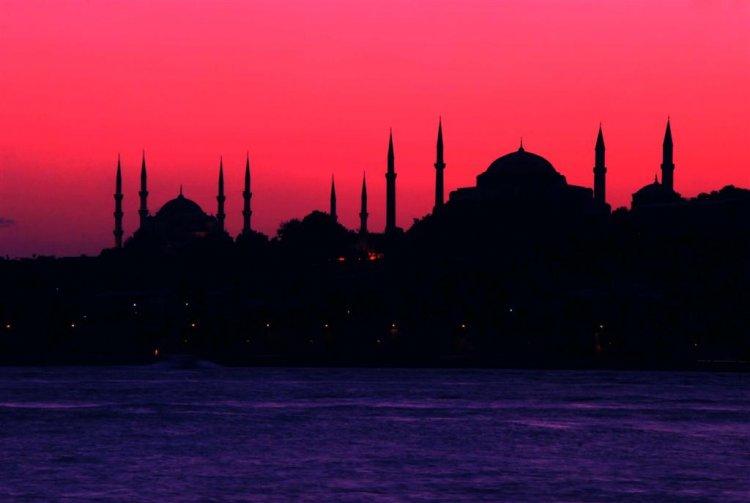 Sen İstanbulum Olurmusun Gördüğüm Son Düş Gözlerine Baktığım Son Şehir